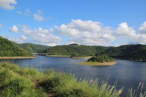 Vue sur le Lac de Garabit Point-de-Vue-Base-de-Voile